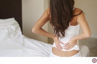 Quello che può essere se il dorso e uno stomaco fanno male alla donna nello stesso momento